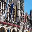 Rathaus_banners_and_flowers